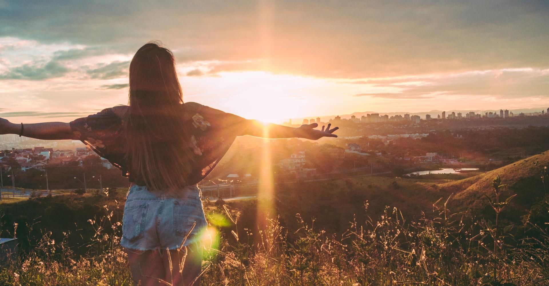 Vrouw staat in het zonlicht