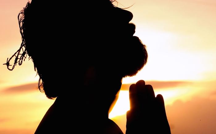 Man handen in namaste dankbaar en in verbinding met zichzelf