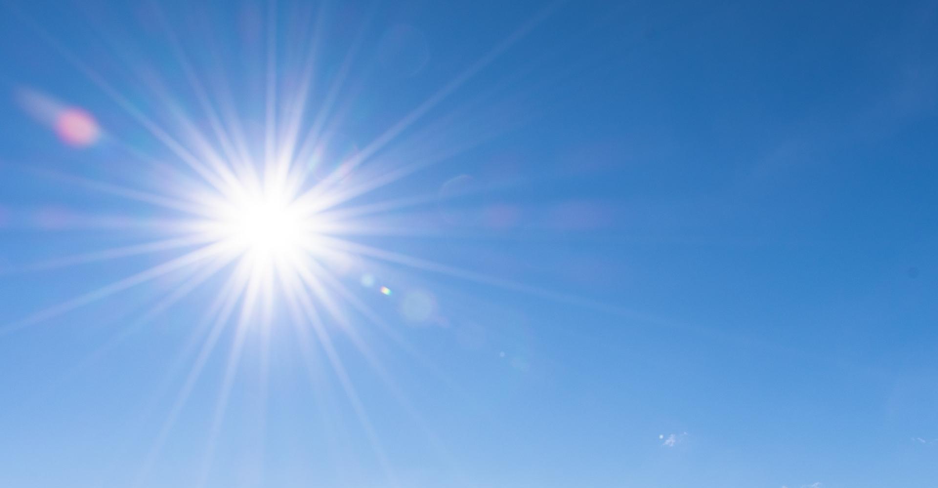 Stralende zon op een strakblauwe lucht