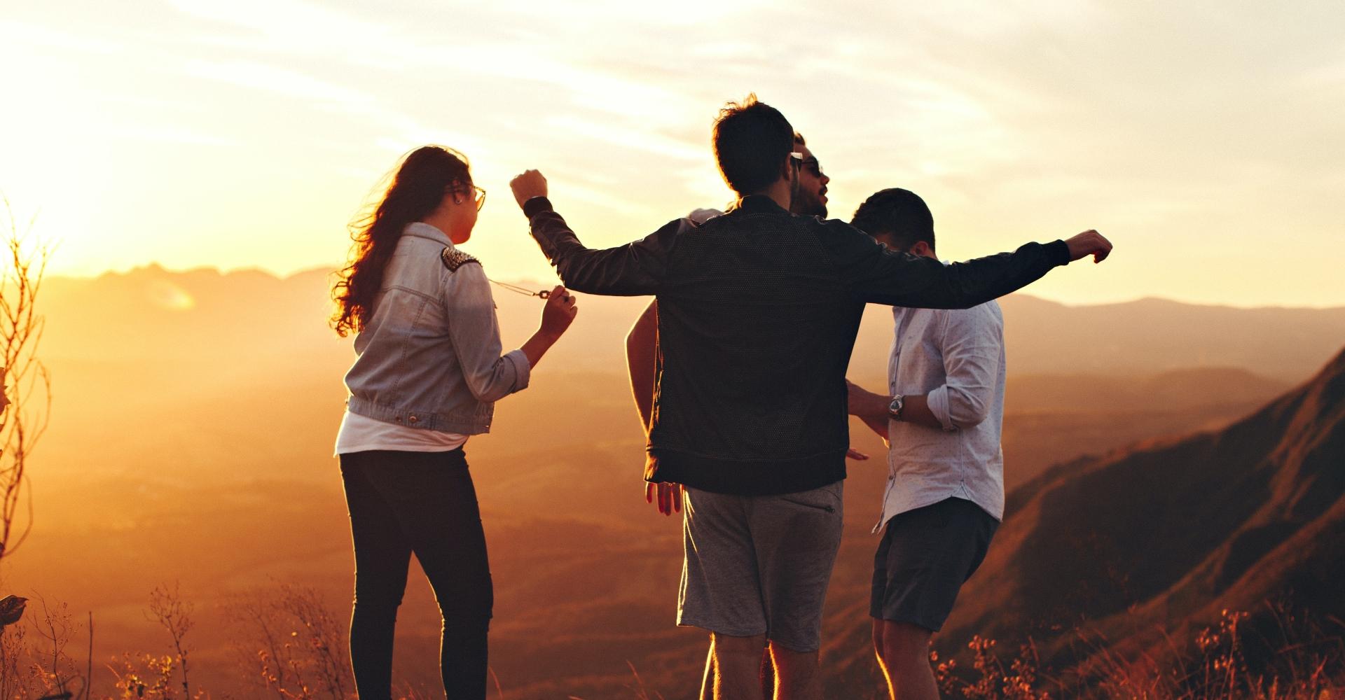 Vier mensen samen zijn in verbinding met elkaar