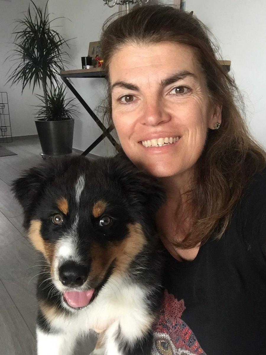 Mandy en Puppy Floris kijken in de camera