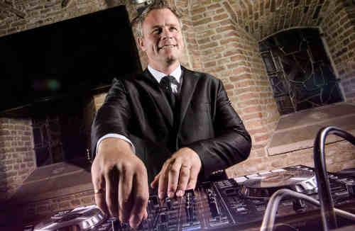 Lounge DJ Johan Post inhuren of boeken voor zakelijke evenementen en privé-feesten  hier in actie tijdens bruiloft in het Oude Stadhuis te Gouda
