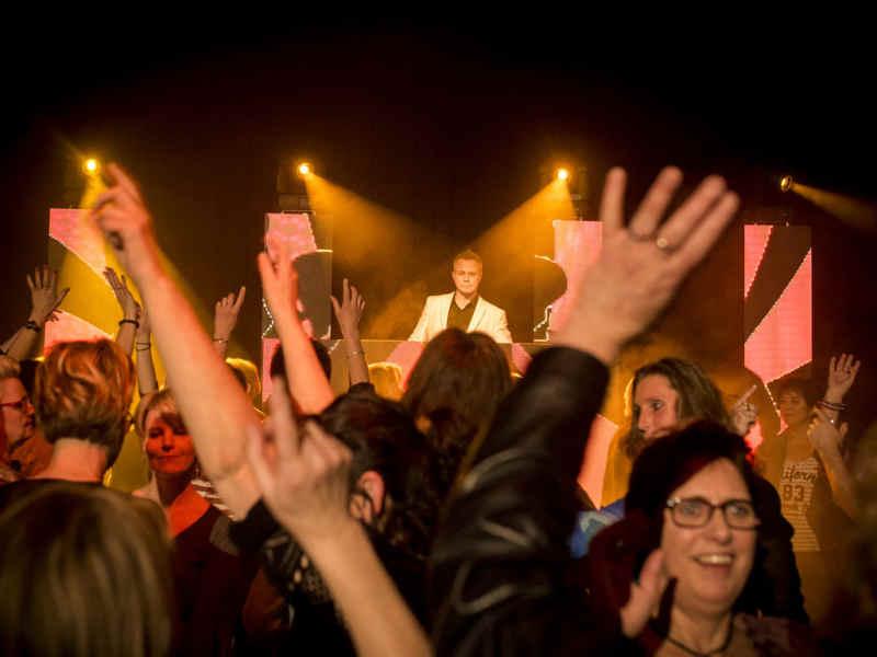 Verjaardagsfeest DJ Johan Post inhuren of boeken voor Sweet Sixteen, Sarah, Abraham, Sweet Sixty verrassingsfeest of themafeest