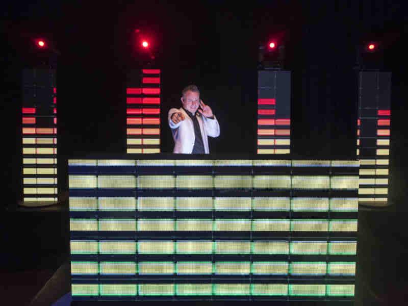 Lounge DJ Johan Post inhuren of boeken met superhippe LED DJ Show tijdens themafeest in het Evertshuis te Bodegraven