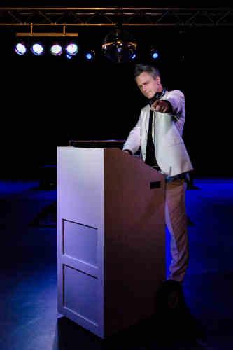 Verjaardagsfeest DJ Johan Post als mobiele dj inhuren of boeken met supercool dj-meubel met speaker en accu hier tijdens fotoshoot in het Evertshuis te Bodegraven