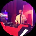 Lounge DJ Johan Post kies voor een professionele dj hier in actie tijdens openbaar evenement met The Voice of Holland on Tour in Preston Palace te Almelo