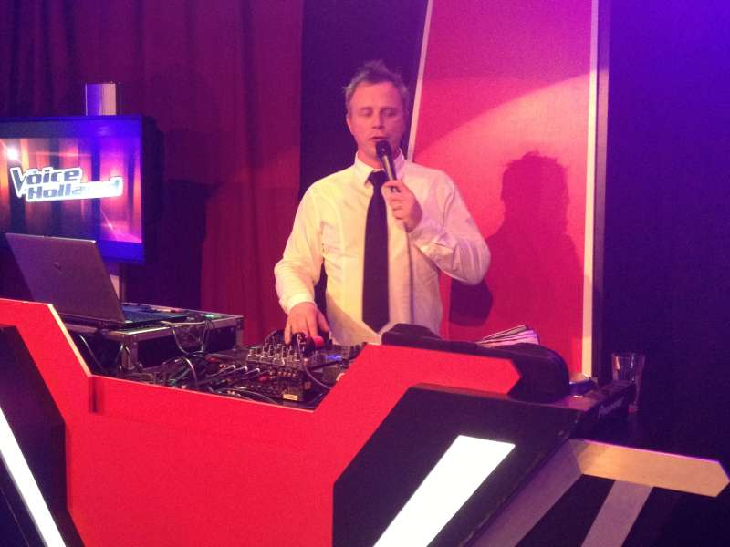 Allround DJ Johan Post in actie tijdens The Voice of Holland on Tour