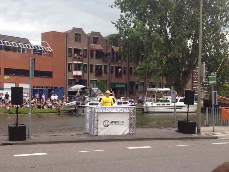 Lounge DJ Johan Post ook voor openbare evenementen zoals de Tour de France die Gouda passeerde