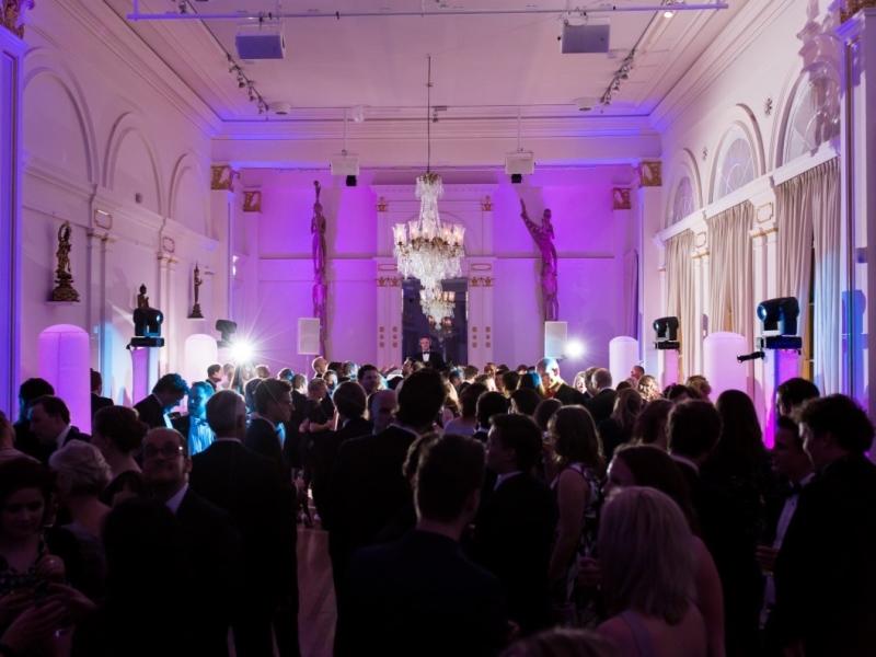 DJ in Rotterdam boeken met feestende gasten op een bruiloft in het Wereldmuseum
