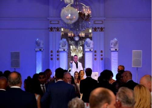 DJ show huren met verlichte DJ in Rotterdam huren DJ Johan Post boeken hier in actie tijdens een bruiloft in het Wereldmuseum in Reeuwijk bij Restaurant 't Vaantje