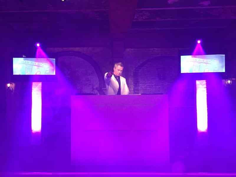 DJ met videoclips Allround DJ Johan Post inhuren met apparatuur is Videodisco hier tijdens bedrijfsfeest in Landgoed Bergzicht de Raaf Heumen