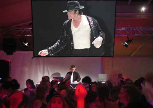 Allround DJ Johan Post mixt videoclips als Allround VJ Johan Post tijdens personeelsfeest VODW in Leusden