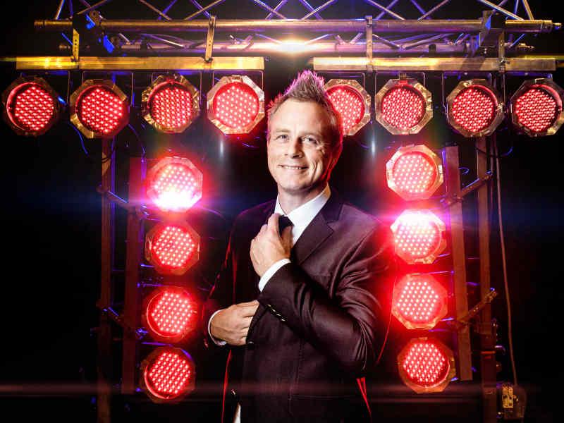 DJ met videoclips inhuren of boeken Allround DJ Johan Post is stijlvol hier tijdens fotoshoot in het Evertshuis te Bodegraven