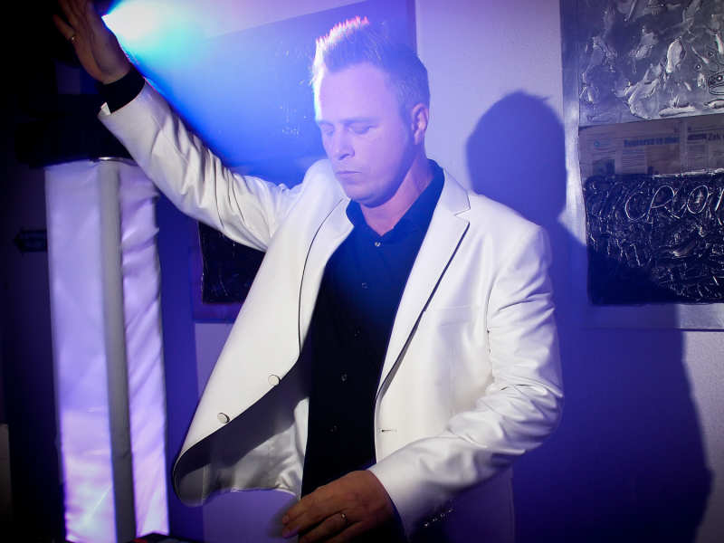 Bedrijfsfeest DJ Johan Post inhuren of boeken hier in actie tijdens feest in de Horlogerie te Culemborg