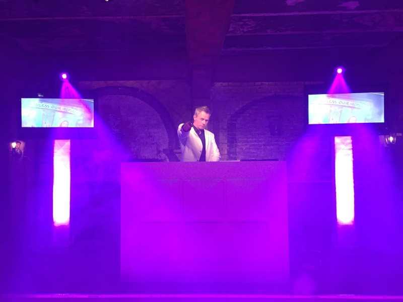 Bedrijfsfeest DJ Johan Post inhuren of boeken met videoclips hier tijdens zakelijk evenement in Landgoed Bergzicht te Heumen