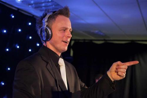 Allround VJ Johan Post optie plaatsen voor bruiloft, bedrijfsfeest of verjaardag hier in actie tijdens personeelsfeest Voogd en Voogd te Roosendaal