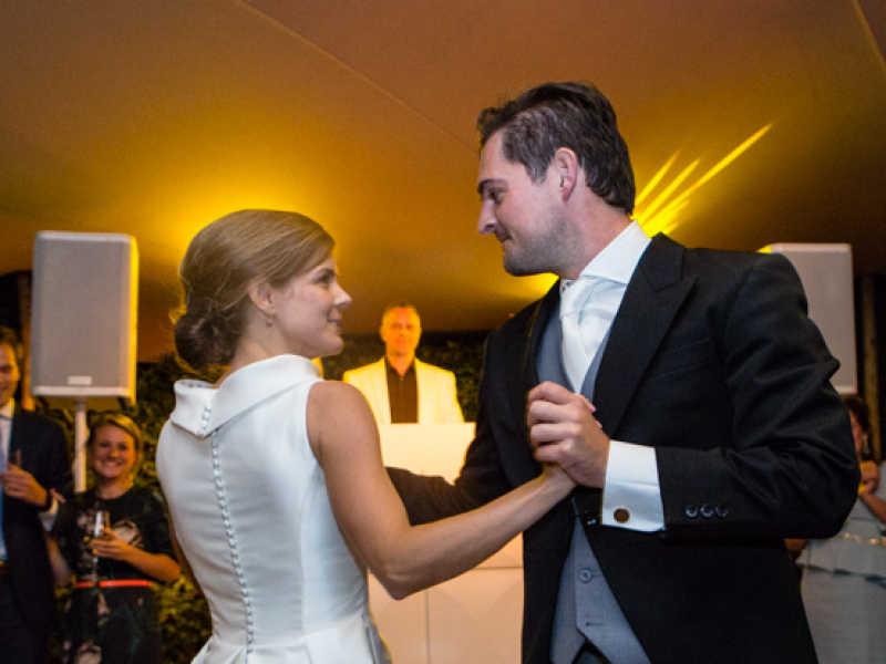 DJ met videoclips voor je bruiloft inhuren of boeken? Allround VJ Johan Post hier in actie tijdens bruiloft in Gouda