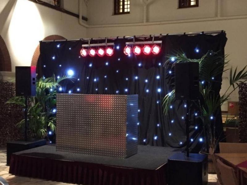 DJ-show in Alphen aan den Rijn met sterrendoek huren DJ Johan Post boeken in het Atrium van het Archeon