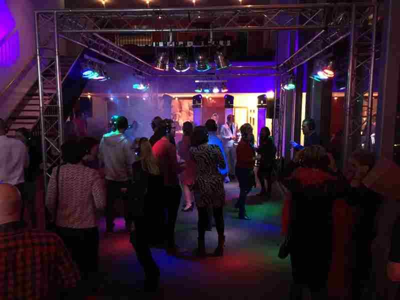Mega dj-show inhuren met saxofonist Sax Up The DJ in Theater Castellum te Alphen tijdens personeelsfeest gemeente