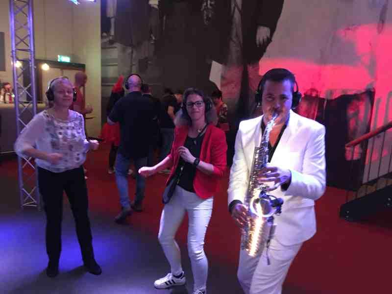 Silent dj met saxofonist Sax Up The DJ boeken hier in Theater Castellum te Alphen tijdens personeelsfeest gemeente