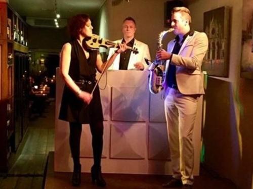 DJ met saxofonist en violiste boeken in Alphen aan den Rijn Sax Up The DJ met violiste huren in Wijnbar&Zo