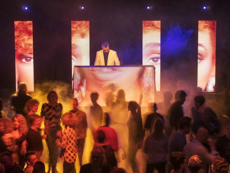 Dj in Bodegraven inhuren DJ Johan Post boeken hier in het Evertshuis Theaterzaal Themafeest