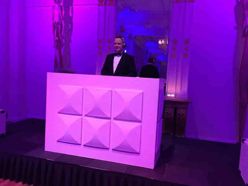 Bruiloft DJ Johan Post inhuren voor optreden in Wereldmuseum te Rotterdam hier tijdens black-tie bruiloft
