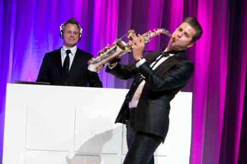 DJ met saxofonist Sax Up The DJ tijdens opening met koninklijk paar van innovatiecentrum ISER te Ulft