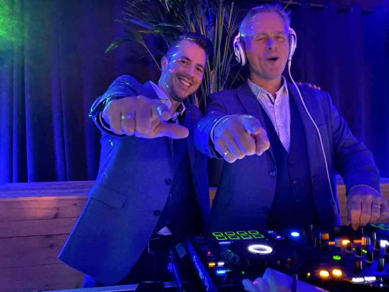 DJ met saxofonist Sax Up The DJ dreamteam inhuren of boeken privé-feest Bij Hen in Alphen aan den Rijn