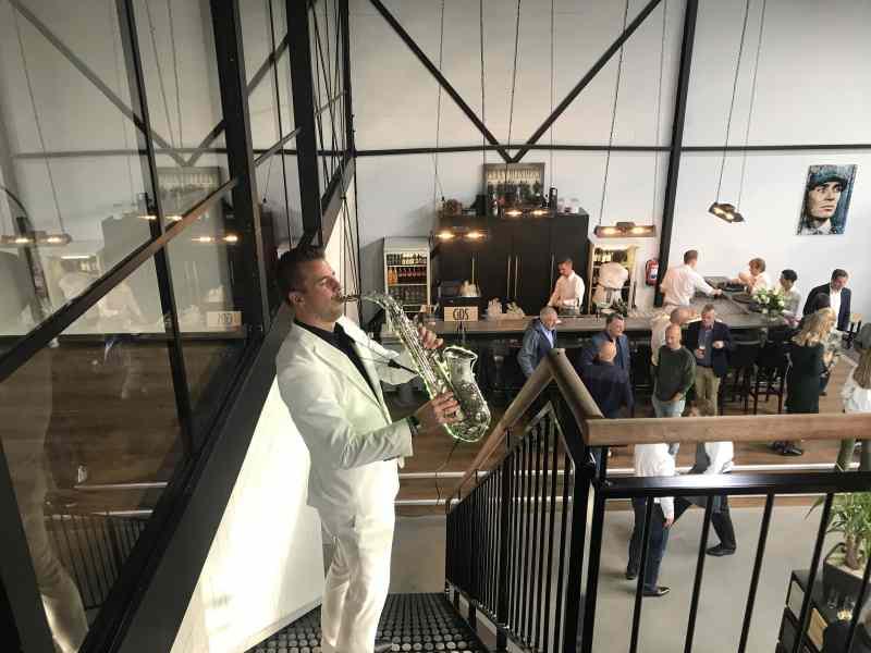 Opening GDS te Delft met dj en saxofonist Sax Up The DJ Boris op de trap