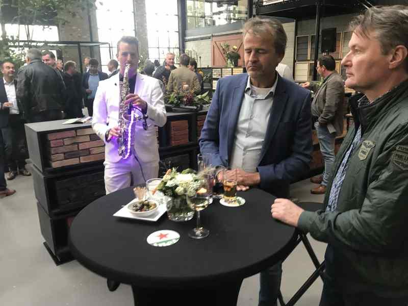 Opening GDS te Delft met dj en saxofonist Sax Up The DJ Boris op bij gasten