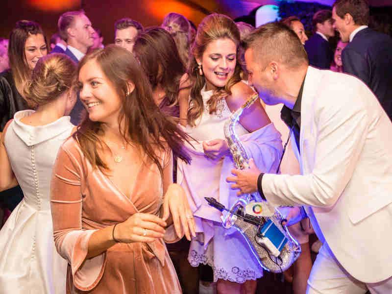 DJ met saxofonist Sax Up The DJ boeken of inhuren interactie met Boris tijdens bruiloft in Gouda
