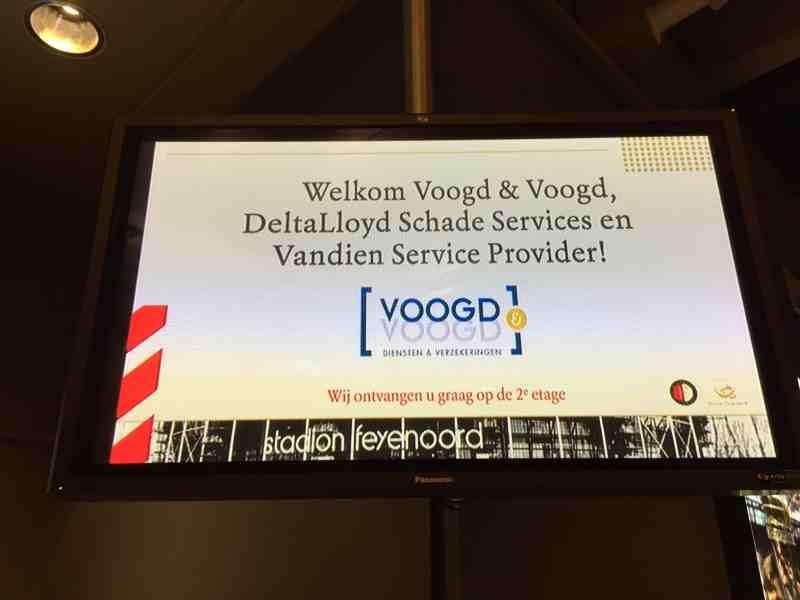 Stadion De Kuip in Rotterdam welkom personeel Voogd en Voogd op bedrijfsfeest met DJ Johan Post en saxofonist Milan