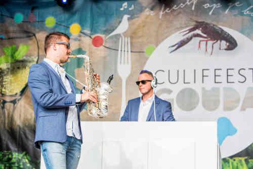 DJ met saxofonist inhuren of boeken op culinair evenement Sax Up The DJ tijdens Culifeest Gouda