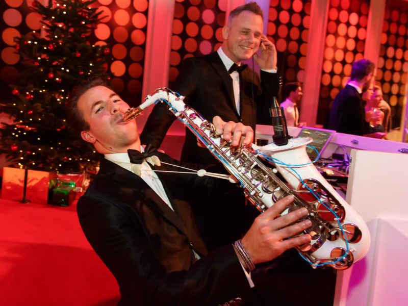 DJ met saxofonist Sax Up The DJ inhuren of boeken voor galafeest zoals hier tijdens Wedding Awards in Studio 21 te Hilversum