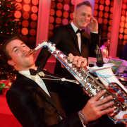 Prijzen dj met saxofonist Sax Up The DJ inhuren of boeken hier in actie tijdens de Wedding Awards in Studio 21 te Hilversum