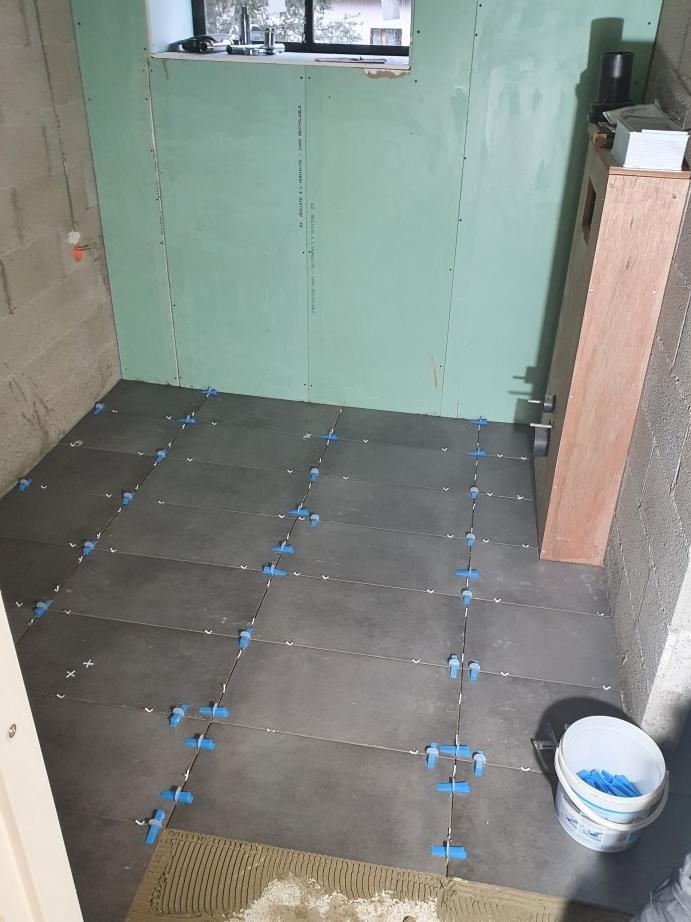 vloer sanitair ruimte tegelen