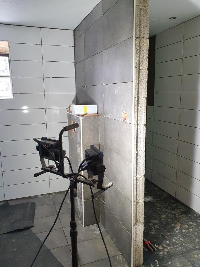 wanden en vloer van de badkamer tegelen