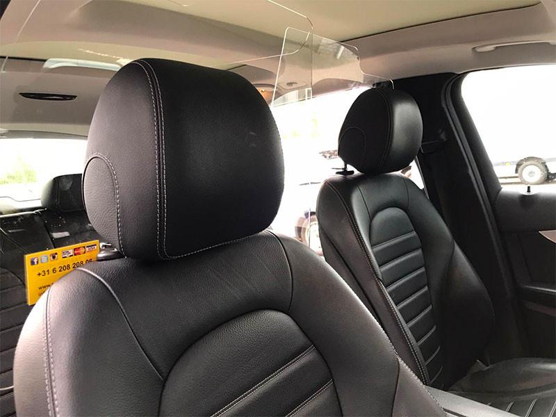 Afscheiding plexiglas of spatscherm in voertuig