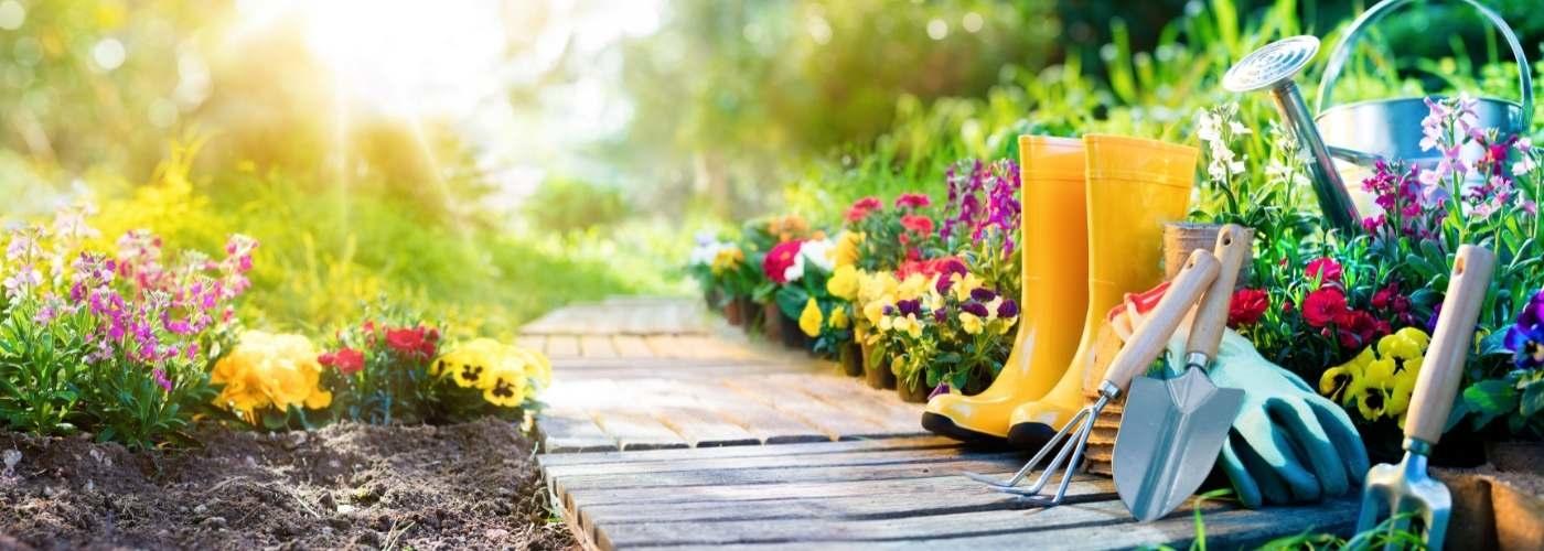 Tuinpad met laarzen en bloemen