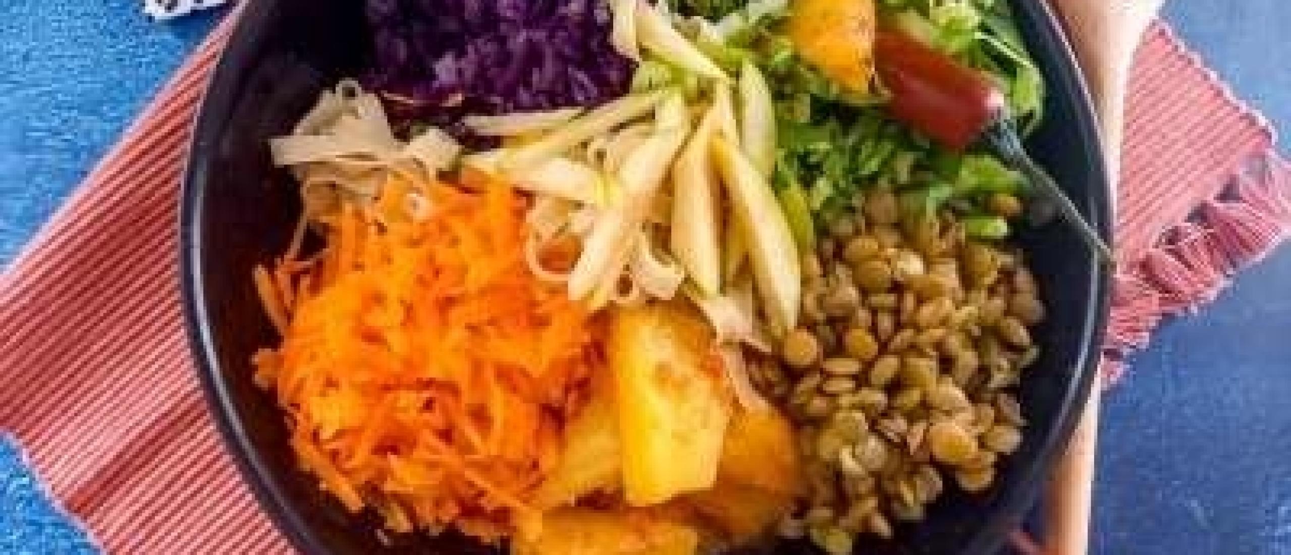 Rijstnoedel bowl met groente, linzen, en een ananascompote