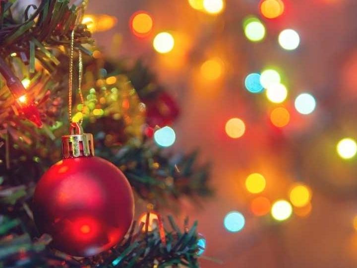 Kerstboom opruimen kerstspullen opruimen