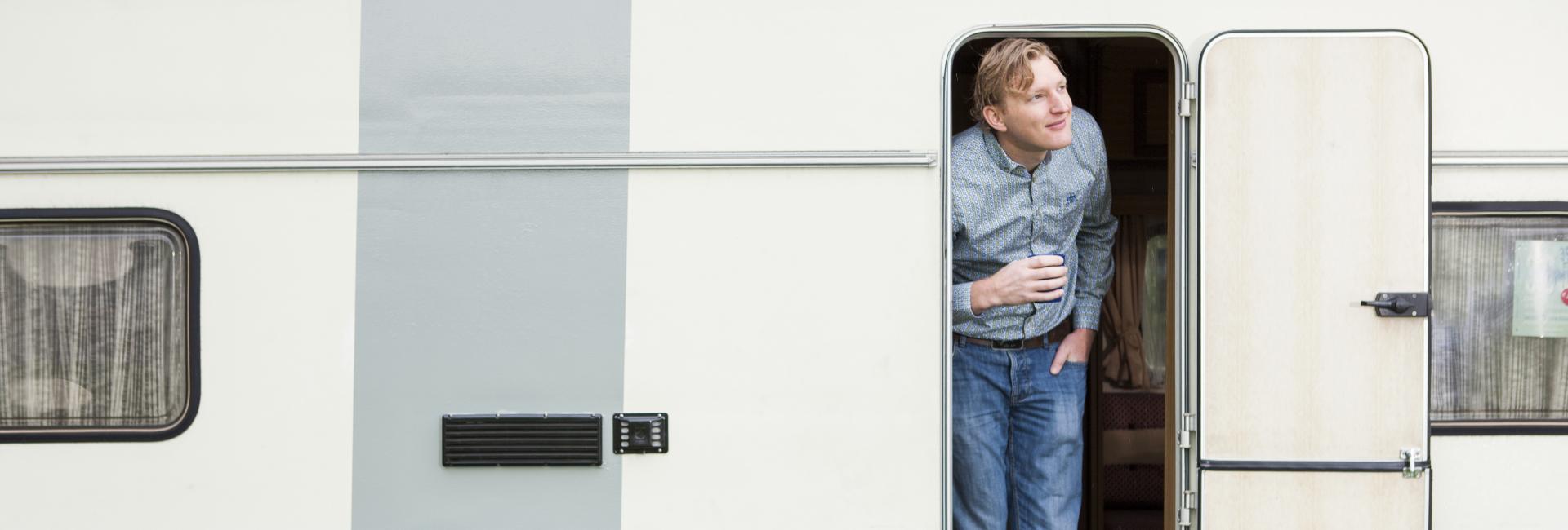 Johan kijkt naar buiten