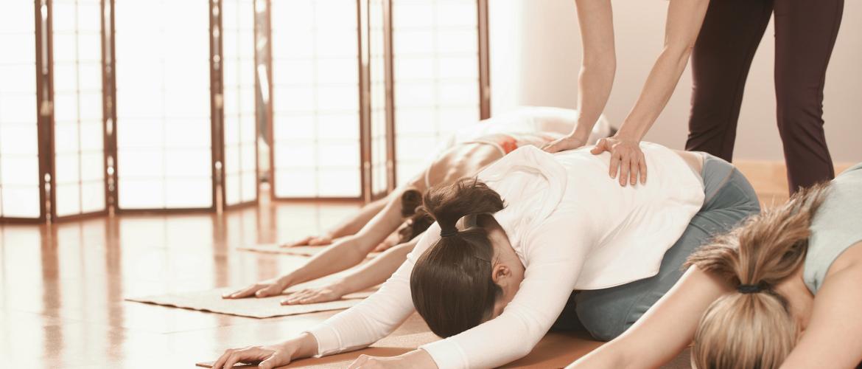 Yogahoudingen corrigeren door aanraking