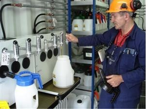 Lubristation LCU - dispensing into OilSafe can