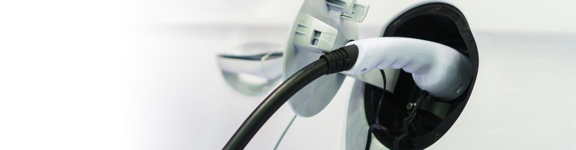 je elektrische auto opladen met een laadpaal.