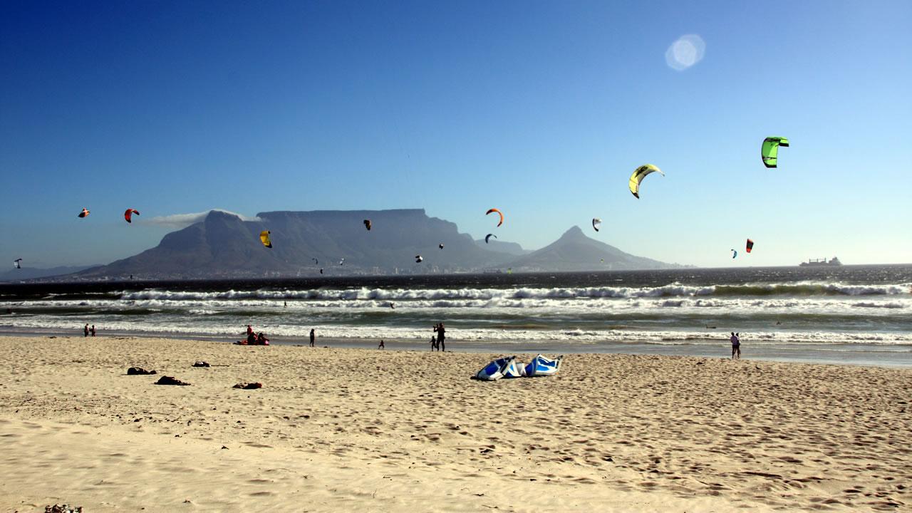 surfen en kite surfen in zuid afrika bloubergstrand