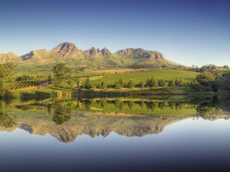 stellenbosch-wine-routes-dramatic-landscape-winelands-mountains-vineyards