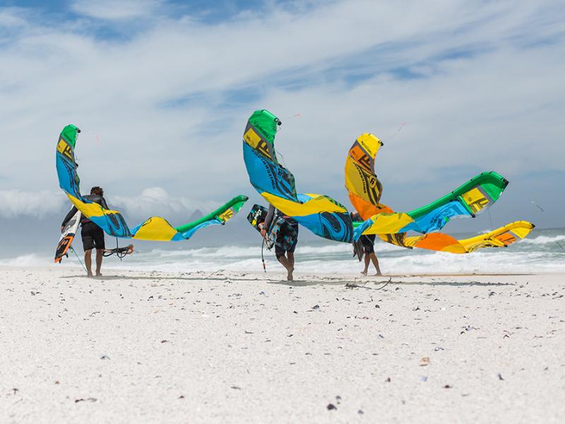 surfen-en-kite-surfen-in-zuid-afrika-durban-kiten-op-strand