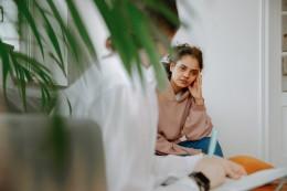Therapeut en client in een 1-op-1 sessie werken gericht aan de persoonlijke hulpvraag en belemmerende patronen en overtuigingen